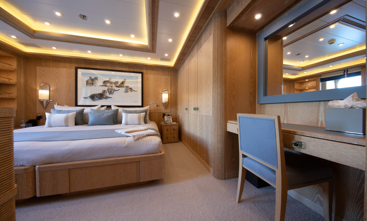 Luna B yacht for Charter 51