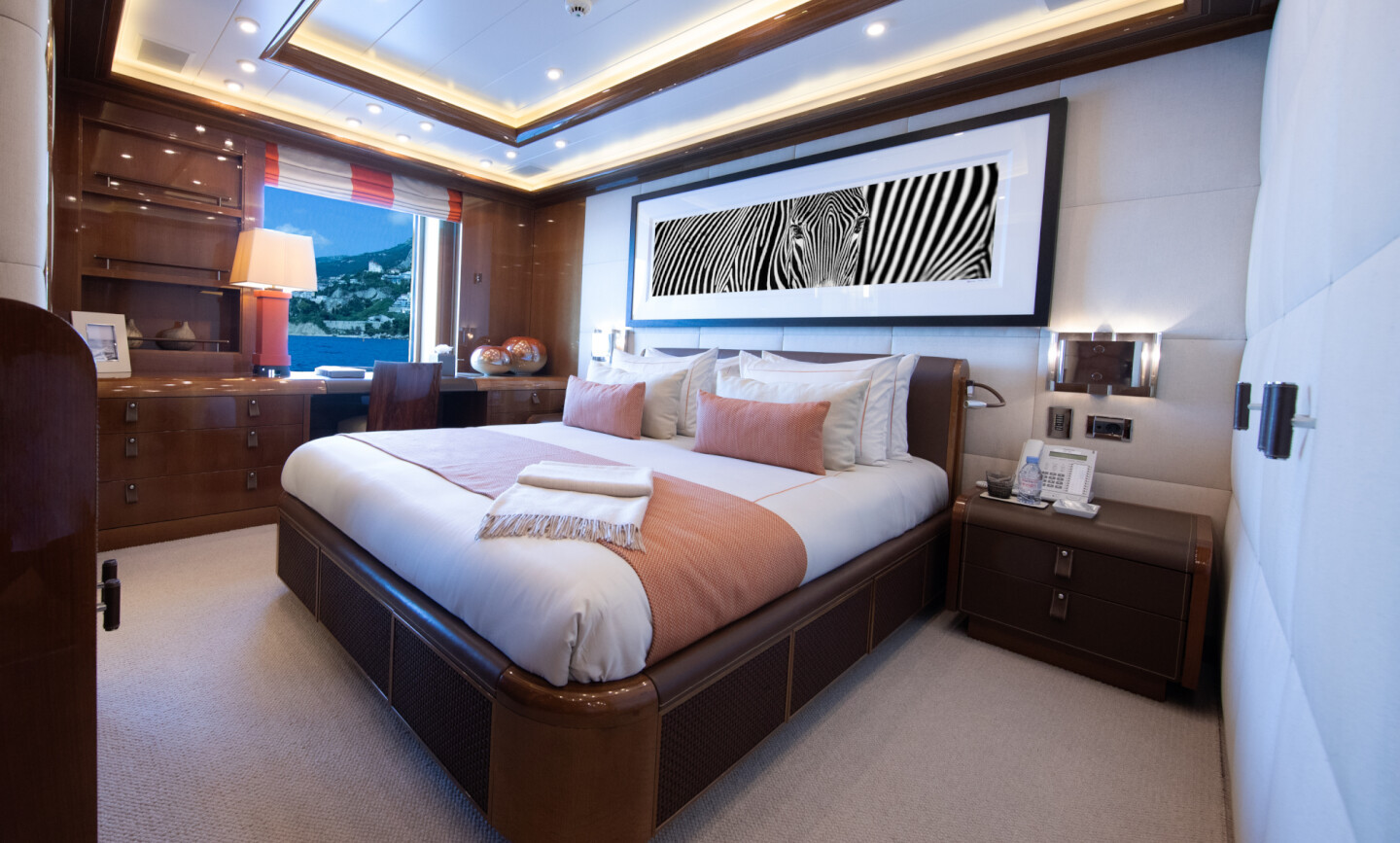 Luna B yacht for Charter 53