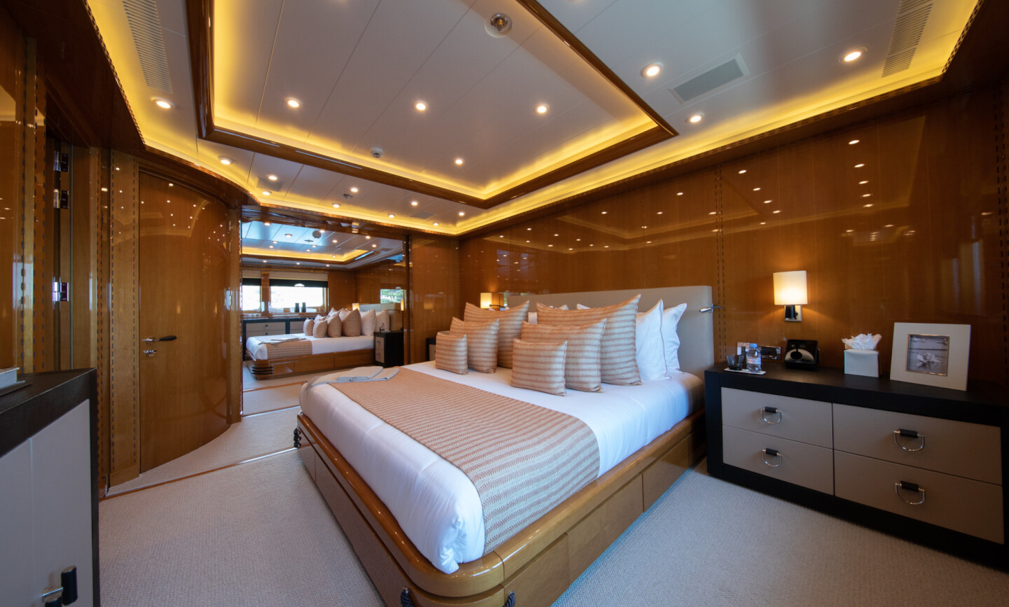 Luna B yacht for Charter 43
