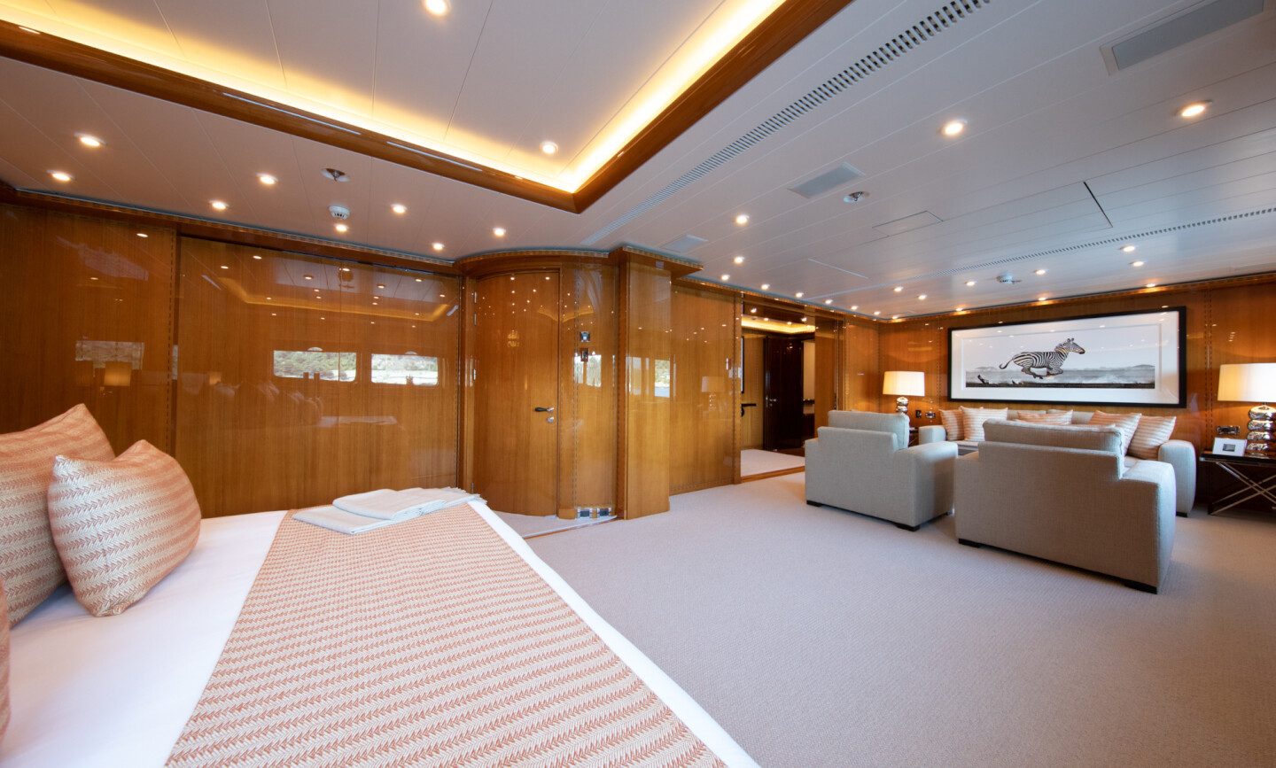 Luna B yacht for Charter 39