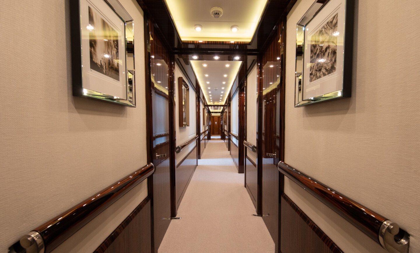 Luna B yacht for Charter 32