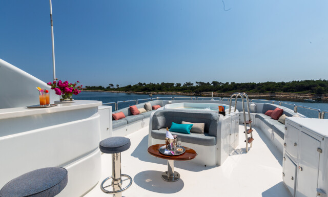 DXB yacht for Charter